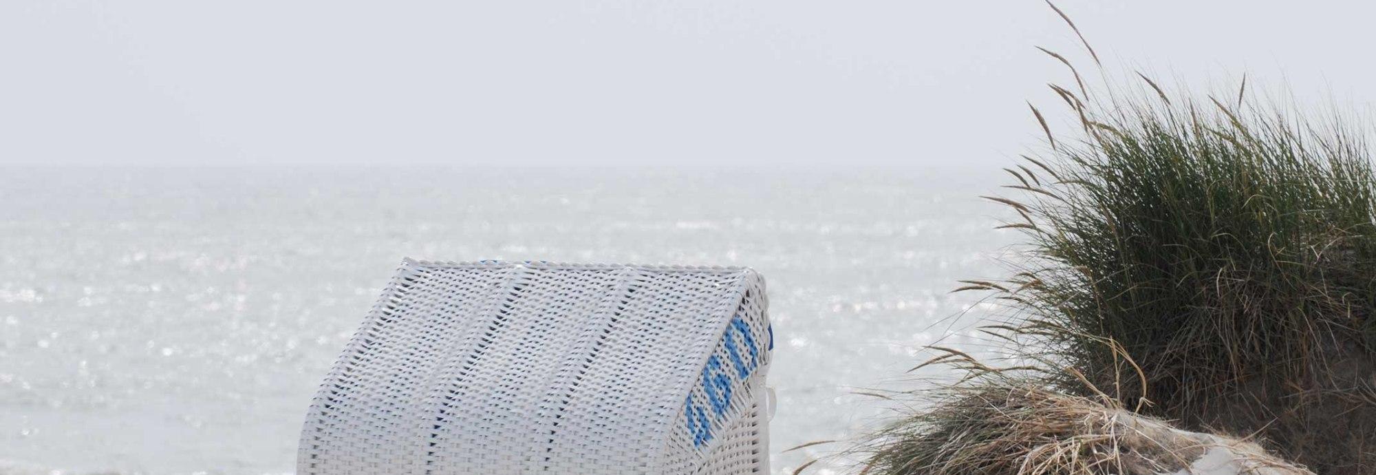 Amrum Strand bei Nebel mit Strandkorb