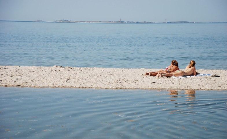 Frauen auf einer Sandbank bei Amrum, © Kai Quedens