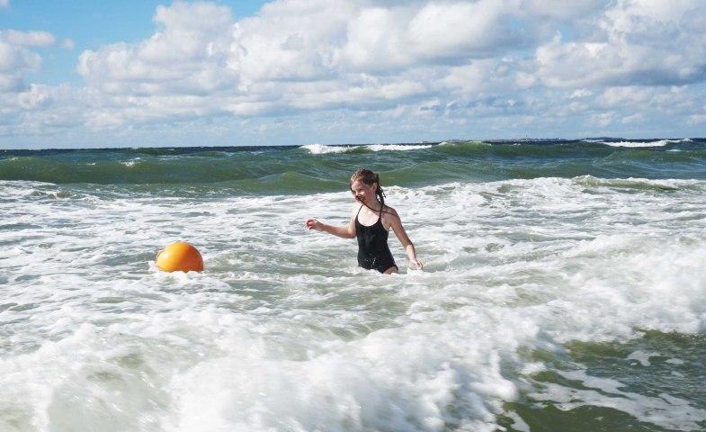 Kind beim Baden in der Nordseebrandung Amrums, © Kai Quedens