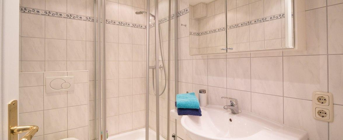Duschbad im Ergeschoss,  im OG. 2. Duschbad