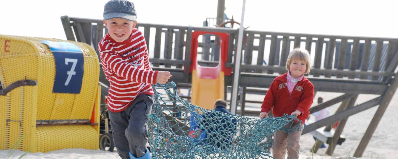 Kinder-am-Piratenschiff-Spielplatz-Amrum, © KQuedens