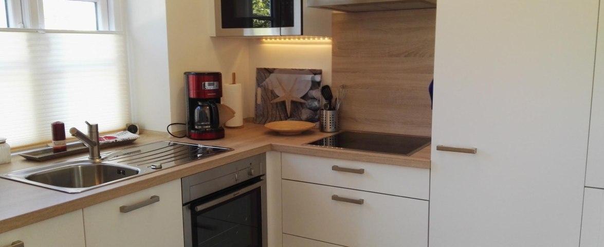 Küche mit Geschirrspüler, Mikrowelle, Herd und Backofen
