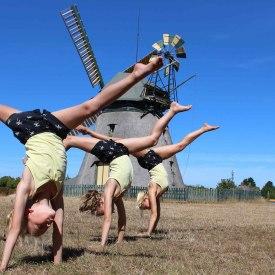 Amrumer-Windmühle-Mädchen-schlagen-Rad, © Uwe Schmidt