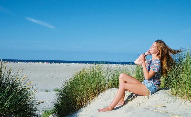 Strand Nebel Amrum junge Frau