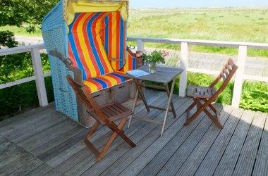 Holzerrasse mit eigenem Strandkorb