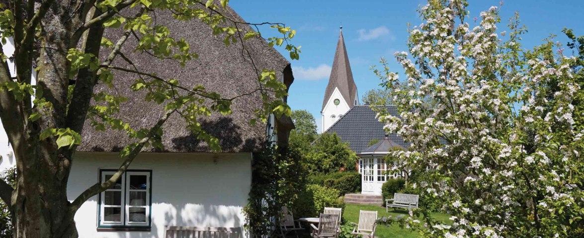 Nebel-auf-Amrum-mit-Friesenhaus-und-Kirche, © Kai Quedens