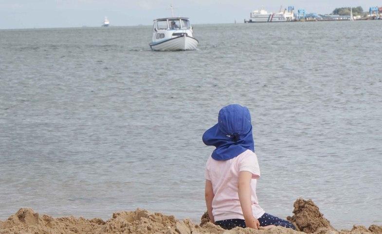 Mädchen am Strand Steenodde Amrum, © KQuedens