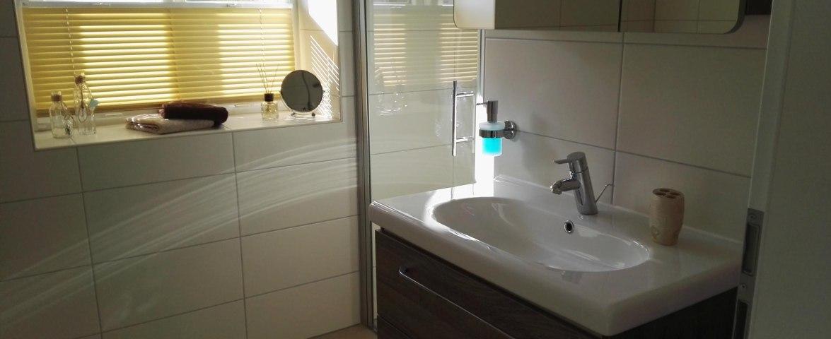 Helles Bad mit Dusche und Badewanne