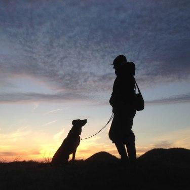 Hund-mit-Frauchen-Dünen-Amrum, © Kinka Tadsen
